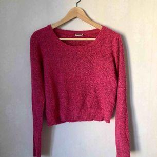 Stickad tröja i S från Noisy may. Den är rosa med lite svarta detaljer i. Kan mätas upp i centrala Stockholm alt skicka då köpare står för frakt.
