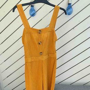 """En mycket fin jumpsuit , i stretch material. Strl:S/M  Senapsgul färg från """"Mango"""".  Köparen står för frakten!"""