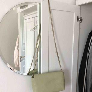 Pastellgrön väska från Zara som är helt oanvänd
