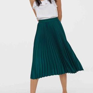 Grön plisserad kjol från H&M. Superfin nu till hösten. Använd fåtal gånger. Frakt är inkluderat i priset💕 OBS, bild 1 är bara samma modell, inte färg!!