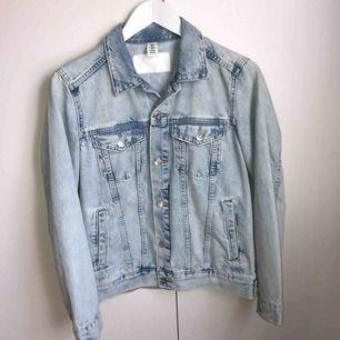 En ljusblå jeansjacka i mycket bra skick! Använd max 2 ggr