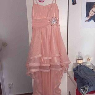 Jätte fina klänningar, 200kr st , 300kr för båda, jag vet inte vilken affär den ör ifrån