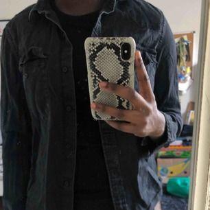 Säljer en väldig jeans skjorta i mörkgrå/svart, säljes då jag ej använder den längre och har rensat min garderob!