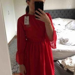 Klänning med superfin passform från na-kd! 🥰🥰🥰 Köpt i somras i hopp om att jag skulle passa i den, men tyvärr så använder jag inte klänningar ☹️ Klänningen är oanvänd med prislapp kvar! ❣️ Frakt tillkommer