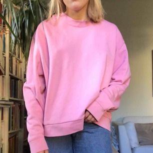 Rosa sweatshirt från weekday originalpris 250kr, knappt använd! Tröjan sitter lite oversized på mig som brukar ha storlek S så bör passa S-L beroende på önskad passform💞💗💖 frakt tillkommer + skriv om du har några frågor :):)