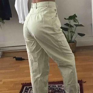 Lite gulgrön-aktiga byxor från Variety🌸 Jättesköna, men lite för stora för mig. Påminner lite om cargobyxor, går även att veckla ut dem mer så att de blir längre. Frakt ingår ej.