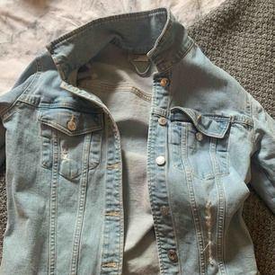 Snygg jeansjacka med slitningar. Sparsamt använd, köpt för 450 kr