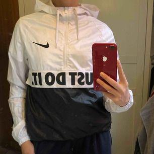 Vindjacka ifrån Nike Säljer för den inte kommer till användning  Nypris 599kr Möts upp i Knivsta/Uppsala  Köparen står för frakten!