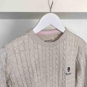 Kabelstickad tröja från Bondelid! Fick i present för något år sedan men har aldrig använt den 😢 Färgen är typ benvit. Jättefin på och väldigt skön, sticks inte 👍🏼🥰 Frakt tillkommer