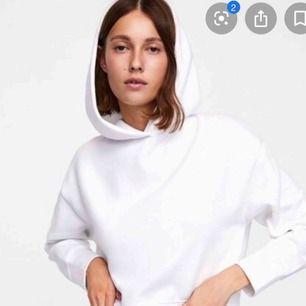 Jätte fin vit hoodie från Zara,, bra skick! Köparen står för frakt