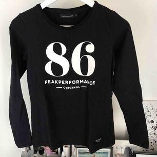 Långärmad tröja från Peak Performance! ⛷ Den ser svart ut på första bilden men den är mörkblå. Köptes i vintras men endast använd en gång som underställströja. Frakt tillkommer! 🥰💘