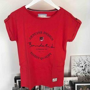 T-shirt från Bondelid i härlig röd färg! 🥰 Den har legat i min garderob några år men är använd en gång ❣️ Sitter riktigt bra på och passar även S!  frakt tillkommer ⚡️