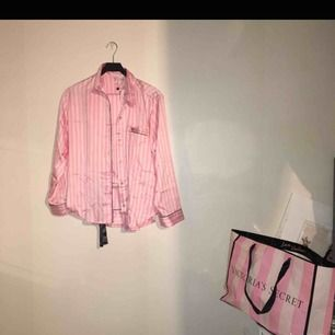 Klassisk VS pyjamas set   Påse ingår   Nypris: 795kr