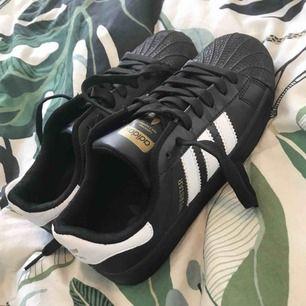 Säljer ett par svarta adidas skor som är köpta utomlands!dem är fake men inget som märks!köparen står för frakt! Använd 2 gånger