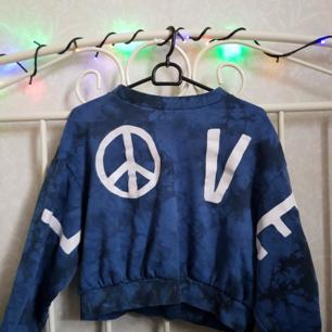 Säljer nu en av mina favorit tröjor pga att den tyvärr inte kommer till användning. Köpt x antal år sedan och är i bra skick då jag knappt använt mig av den. Frakt tillkommer och pris kan diskuteras.