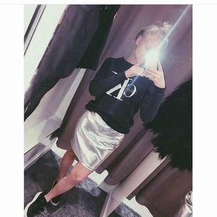 Silvrig kjol från Gina i storlek M. ⚡️ Använd fåtal gånger. Köpare står för frakt.