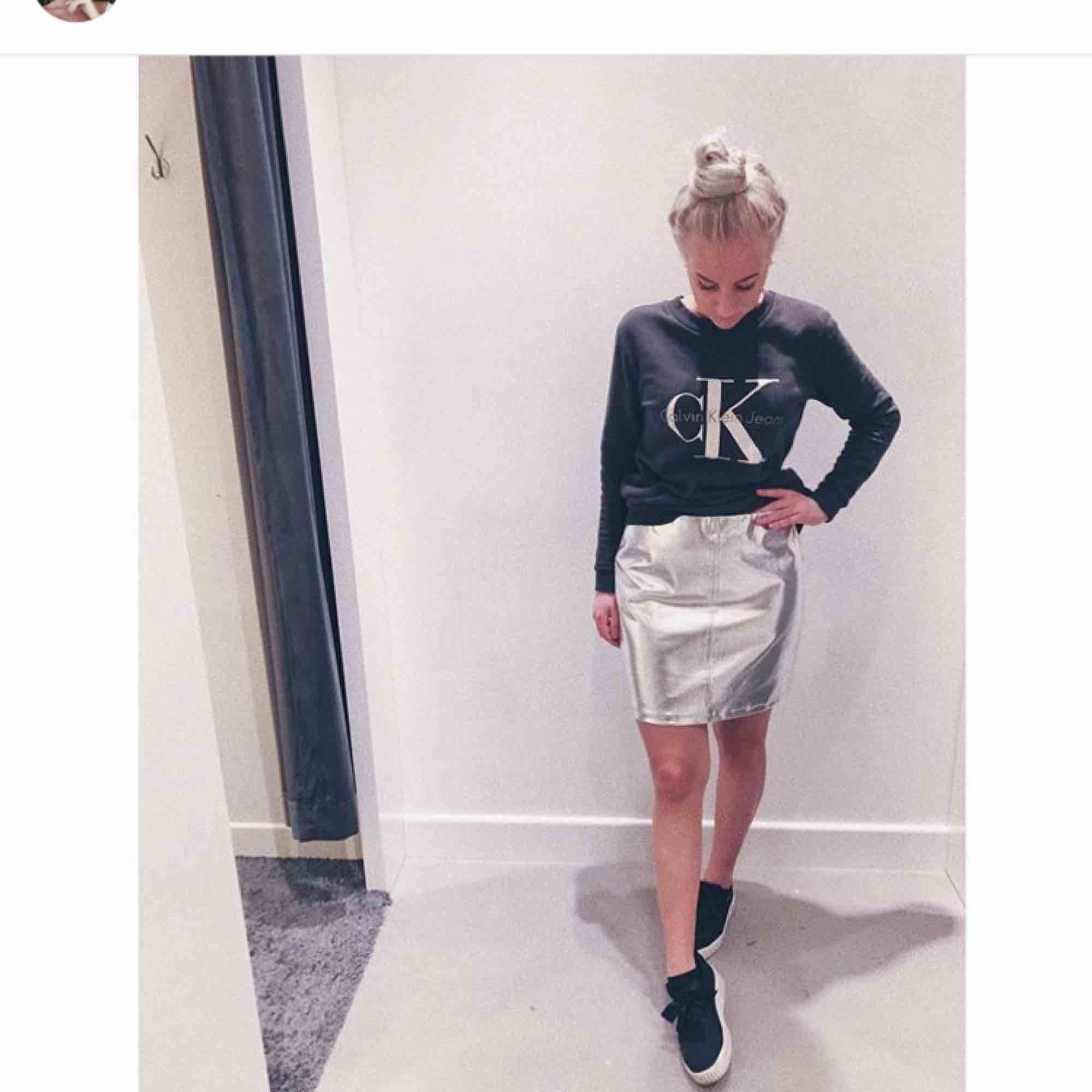 Silvrig kjol från Gina i storlek M. ⚡️ Använd fåtal gånger. Köpare står för frakt.. Kjolar.