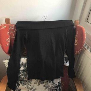 Superfin off-shoulder tröja. Köpt för 199. Helt nytt skick. Använt 1 gång. Frakt ingår i priset💘 Storleken är L men passar mig som är M och sitter tajt på mig! 150 är minsta pris!!