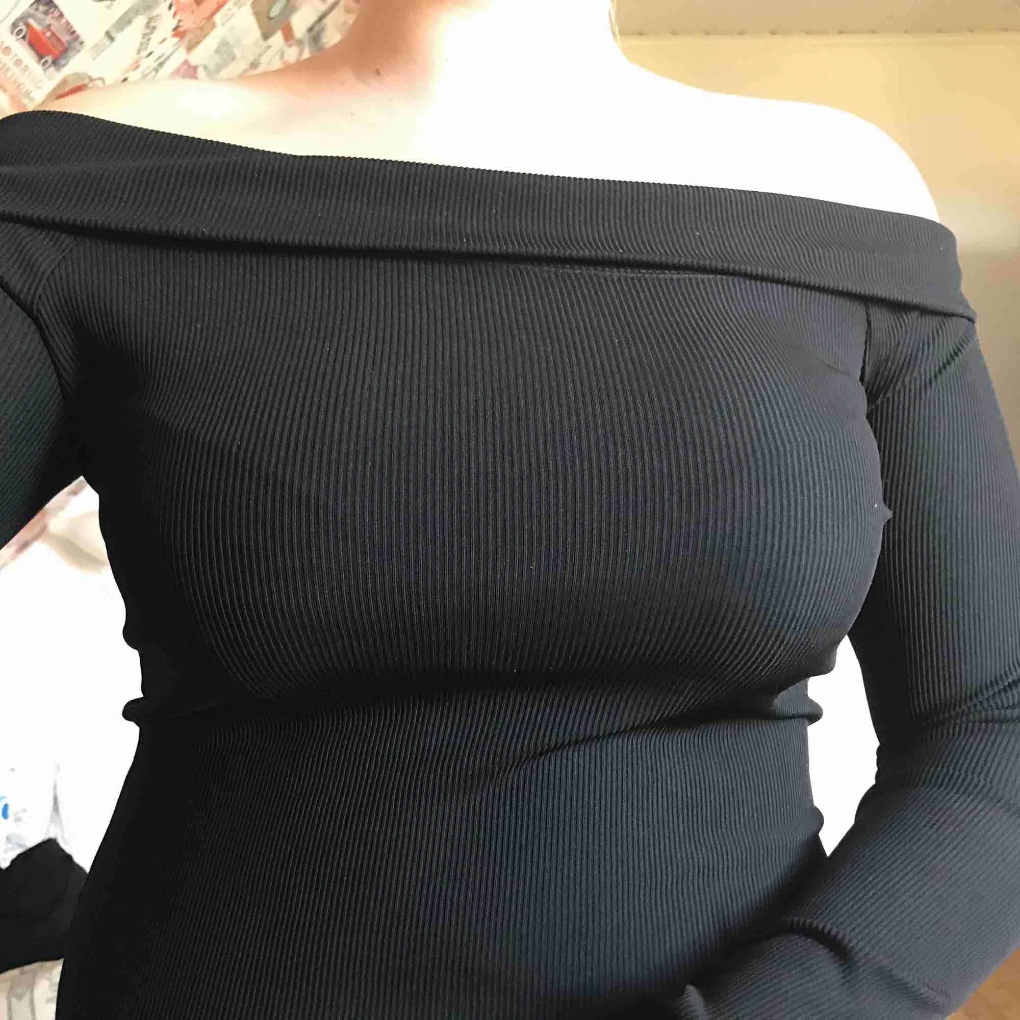 Superfin off-shoulder tröja. Köpt för 199. Helt nytt skick. Använt 1 gång. Frakt ingår i priset💘 Storleken är L men passar mig som är M och sitter tajt på mig! 150 är minsta pris!! . Toppar.