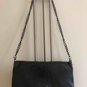 Säljer min favoritväska (Rock Savage Bag) från Zadig & Voltaire då den tyvärr inte kommer till användning längre. Fick den för lite mer än 1 år sedan och är använd men fortfarande i bra skick. En lite kortare kedja ingår. Nypris ca 3600kr