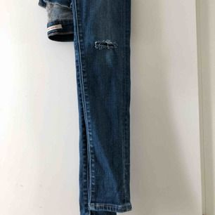 Jättefina blåa Levi's Jeans, slim fit, men stretchiga, med hål i knäna! (det är meningen såklart), köpta för två år sedan och använda ett par 5 gånger men säljes för att de ej används!!