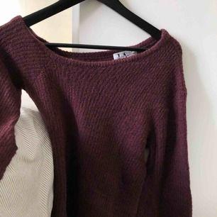 Superfin höstfärgs lila one-shoulder knitted tröja från Linn Ahlborgs kollektion med NAKD ! Aldrig använd, köpt för ett år sedan exakt men har ingen användning för den:) jättefin färg och passform!! Passar på en S också skulle jag tro!