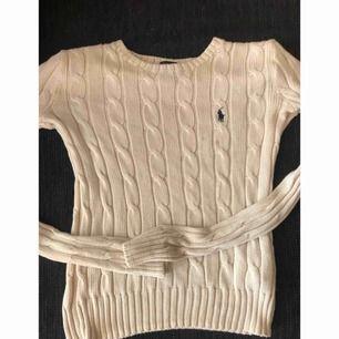 Ralph Lauren tröja stickad. Det finns en liten fläck vid själva märket men den går bort med vanish, man kan alltid prova, därav priset.