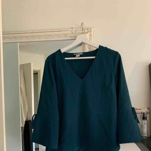 Skitsnygg o stilren tröja ifrån H&M! Köptes för 2 år sedan men har inte kommit till stor användning. Köparen står för halva frakten :)