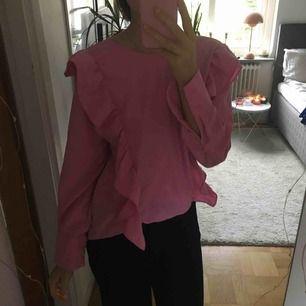 Jättefin skjorta med volanger, den är lite längre där bak💕