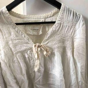 Söt Odd Molly blus med rosett över bröstet! Fin smörvit/vit färg och jättebra kvalité då knappt använd. Passar både XXS-XS-S