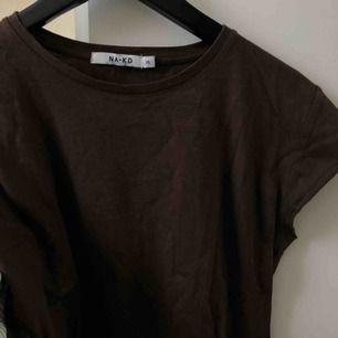 Snygg chokladbrun t-shirt/topp ifrån NA-KD knappt använd! :)