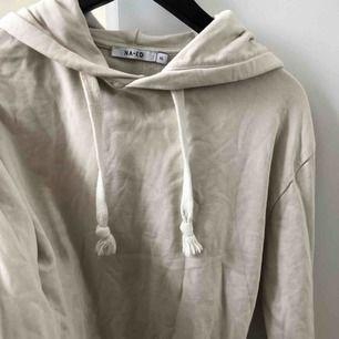 Jättefin beige hoodie/smörvits aktig från NA-KD! Använd ca 2 gånger köpt i våras men har ingen användning av:) passar absolut en S också då passformen är rätt lös!