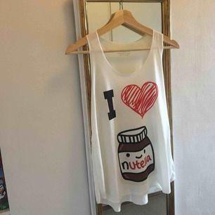 Roligt linne för den som verkligen älskar nutella😉 Vet tyvärr ej vilket märke den är eller vilken strl den är i men skulle gissa S-M! köparen står för frakt <3