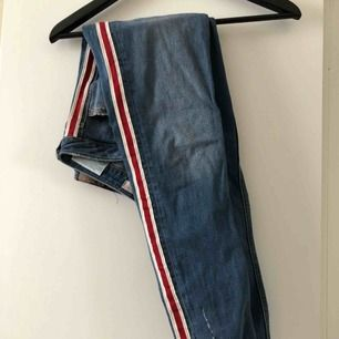 Snygga jeans från Zara med röd/vit rand i sidan! Köpta förra sommaren men endast använda en gång för nåt år sen, mycket bra kvalité och stretchig men slim passform!:)