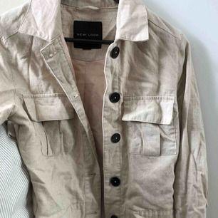 """Supersnygg linne beige jacka köpt på ASOS men från """"New look"""" köpt för 400 kr, använd en gång då det inte var min stil! Mycket bra kvalité, perfekt färg och material till hösten!:)"""