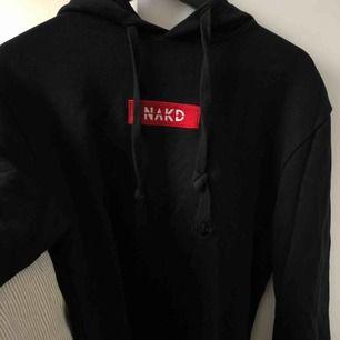 """Snygg svart hoodie med röd text """"NA-KD"""" från NA-KD köpt förra året men bara använd några fåtal gånger! Jättefin röd färg och mycket bra kvalité:)"""