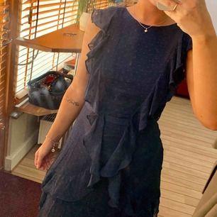 """Superfin klänning från Nelly som tyvärr aldrig kommit till användning.  Marinblå färg med """"prickigt mönster"""" (se bild)."""