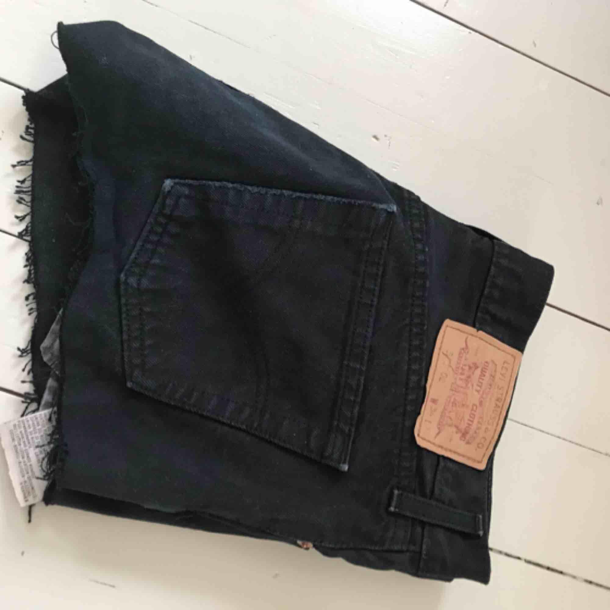 Avklippta jeans från Levis . Shorts.