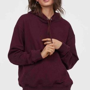 """väldigt bekväm hoodie från H&M i färgen """"plommon""""!! Den är i strl S (skulle nog säga att den passar M också!) och har använts väldigt få antal gånger. Fick aldrig med något band när jag köpte den däremot! Köparen står för frakt🥰"""