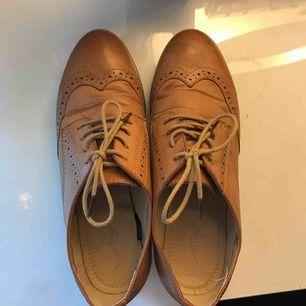 Superfina skor, använda max 5 gånger. Hur fint skick som helst! Har fått lite rynkor precis vid tårna pga av naturliga skäl när man går och viker tårna uppåt. Frakt ingår i priset!💞Fakeläder! Perfekt till sommar/vår!