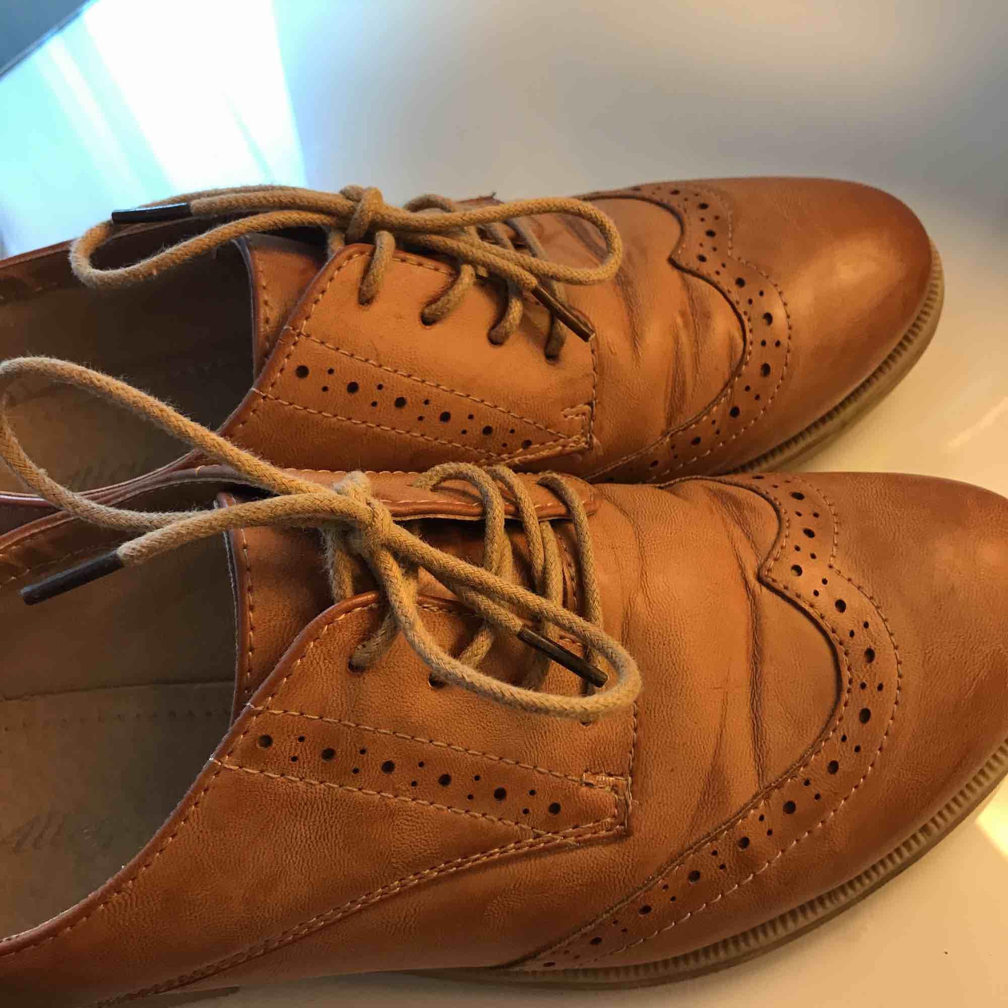 Superfina skor, använda max 5 gånger. Hur fint skick som helst! Har fått lite rynkor precis vid tårna pga av naturliga skäl när man går och viker tårna uppåt. Frakt ingår i priset!💞Fakeläder! Perfekt till sommar/vår!. Skor.