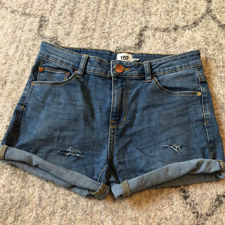 Egenklippta shorts från Lager 157. Midwaist. Nästintill aldrig använda. Från höften och ner 27,5cm. Shorts.