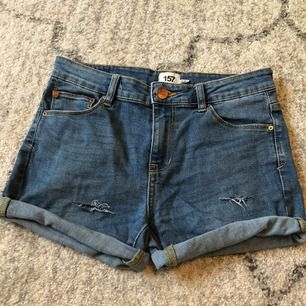 Egenklippta shorts från Lager 157. Midwaist. Nästintill aldrig använda. Från höften och ner 27,5cm