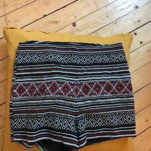 Superfina shorts med coola mönster. Använda 2 gånger. Lappen är avklippt för den kliade i ryggen. Frakt ingår i priset!💗