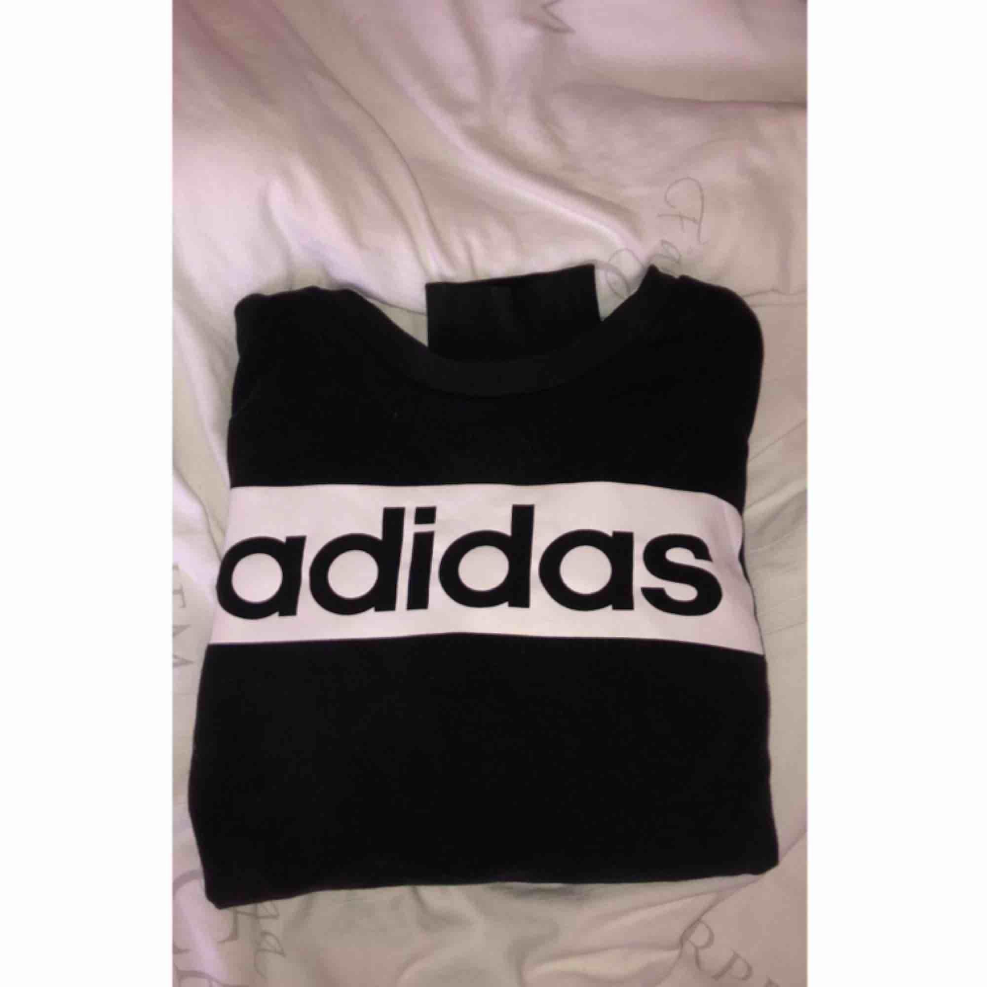 Säljer en sweatshirt från adidas i storlek m, använd ett få tal gånger men är i bra skick. ( frakt tillkommer). Huvtröjor & Träningströjor.