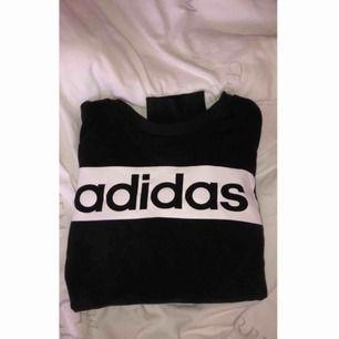 Säljer en sweatshirt från adidas i storlek m, använd ett få tal gånger men är i bra skick. ( frakt tillkommer)