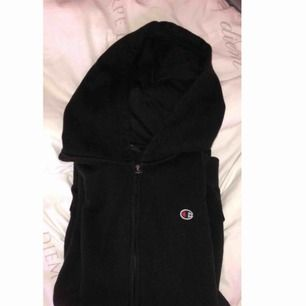 Säljer en zip-hoodie från champion, använd ett fåtal gånger så skulle säga att den är i helt okej skick. (Frakt tillkommer)