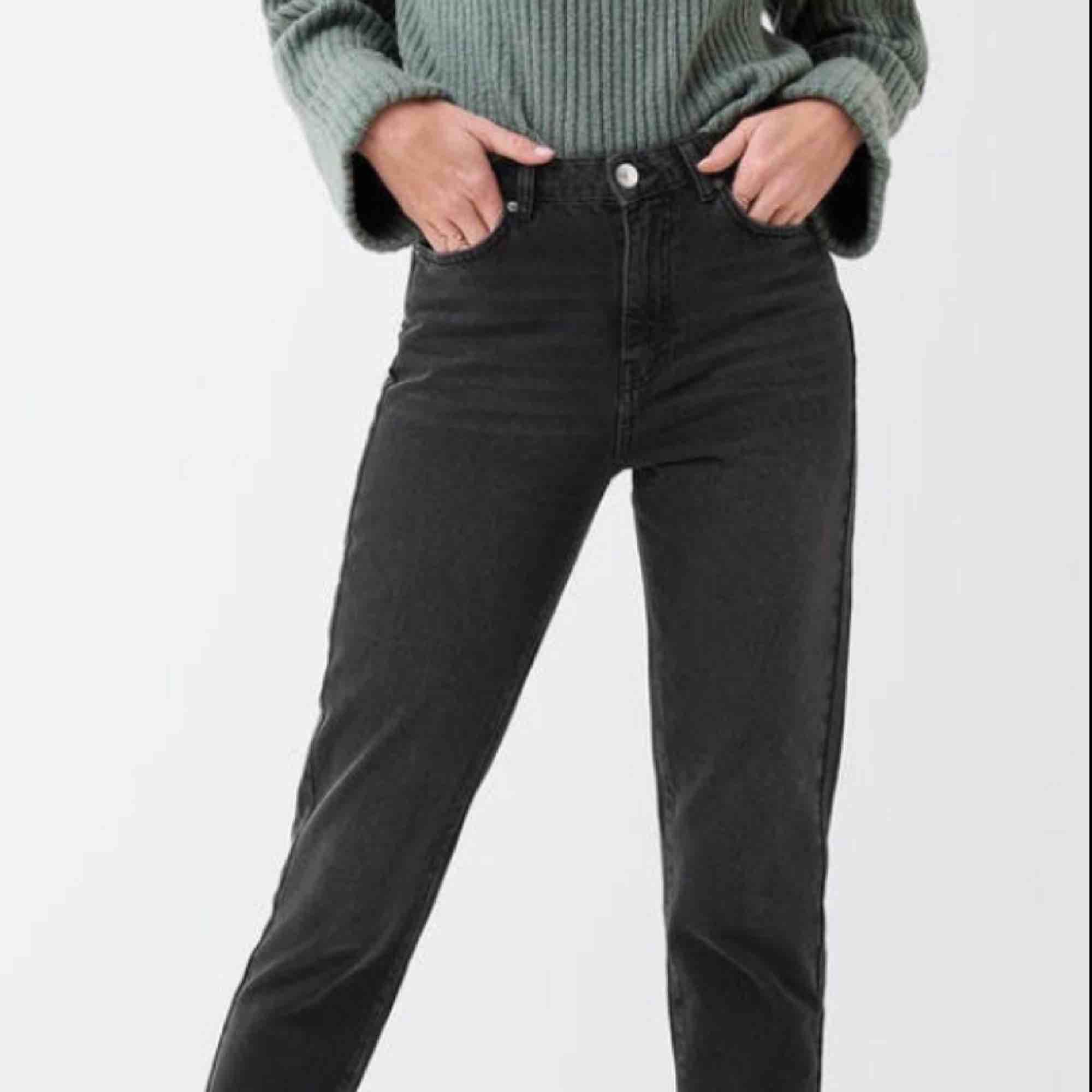 Nya MOM original jeans från Gina Tricot i storlek 40. Svarta, men lätt slitna i färgen. Passar inte på grund av fel storlek, men väldigt snygga!. Jeans & Byxor.