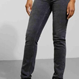 Snygga WAY jeans från Weekday i storlek 30/32. Säljes på grund av fel storlek, använda en gång. Väldigt snygga svart/gråa jeans!!