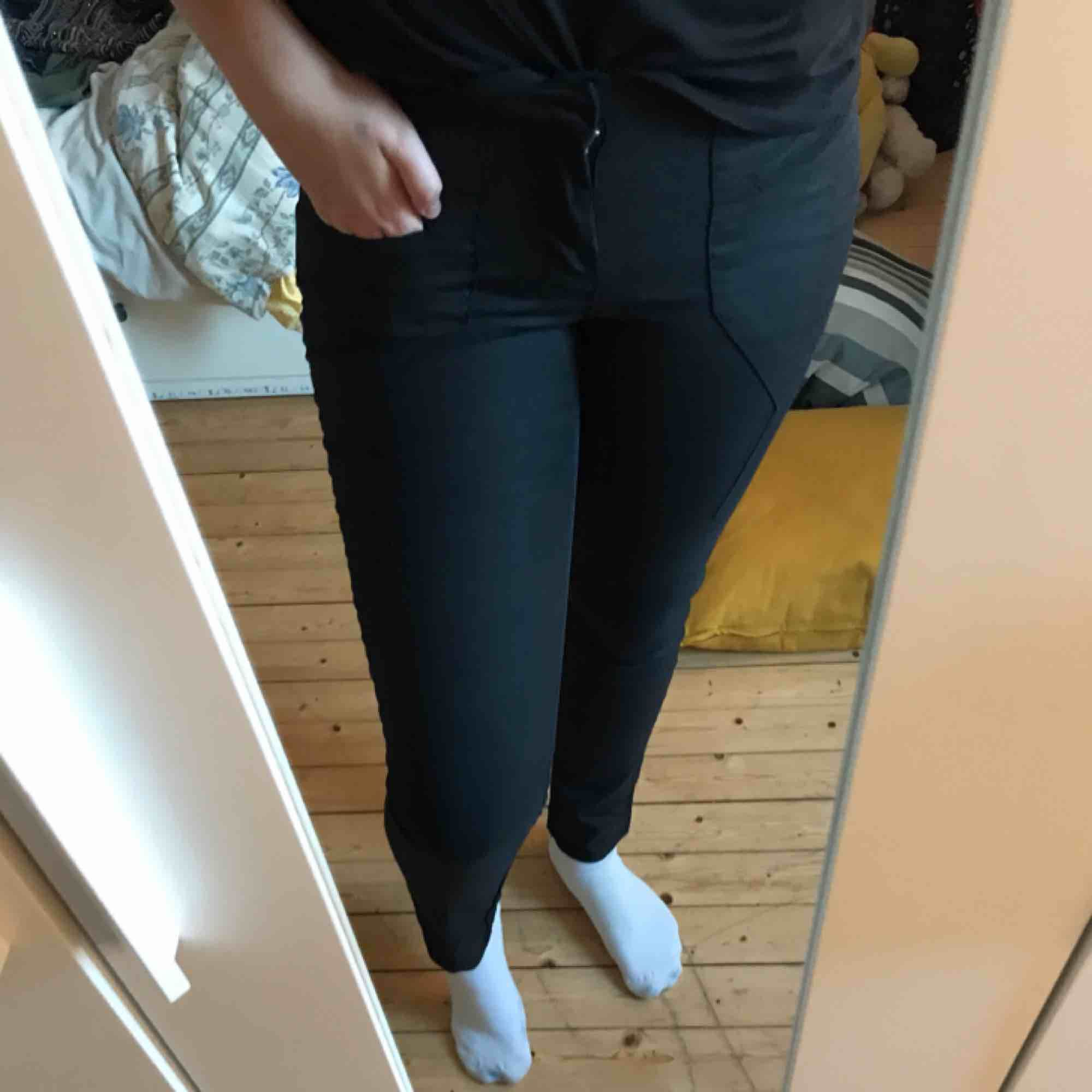 Kostymaktiga byxor. Svarta, men kan upplevas som gråa i vissa ljus. Aldrig använda! Sitter som bekvämast på en S/M!! Låg i midjan och därför använder jag dem inte. Frakt ingår i priset!💗. Jeans & Byxor.